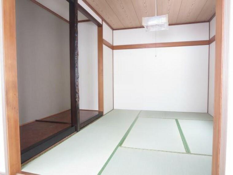 【1階6畳和室】畳表替え、天井・壁・収納クロス貼替、照明交換をしました。畳の臭いが香る落ち着いた明るい空間になりました。