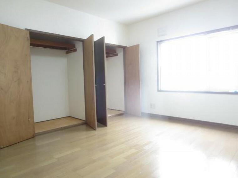 洋室 【2階東側10帖洋室】フロアワックス掛け、照明交換、天井・壁クロス貼替を行いました。10帖間なので主寝室として如何でしょうか。