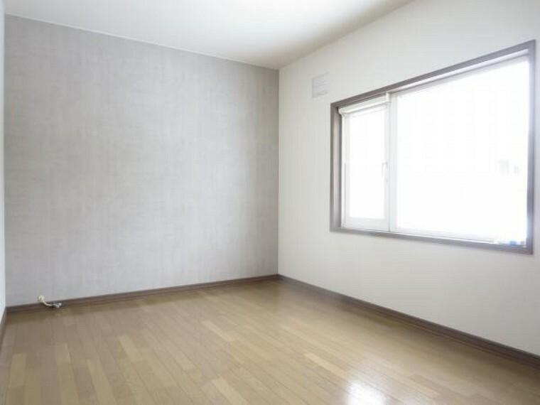 洋室 【2階北側7.5帖洋室】フロアワックス掛け、照明交換、天井・壁クロス貼替を行いました。7.5帖間なのでお子さんで取り合いになるかもしれませんよ。