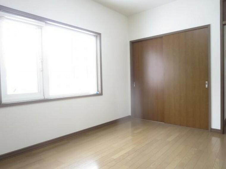 洋室 【2階南側6帖洋室】フロアワックス掛け、照明交換、天井・壁クロス貼替を行います。6帖間なので子供部屋として如何でしょうか。