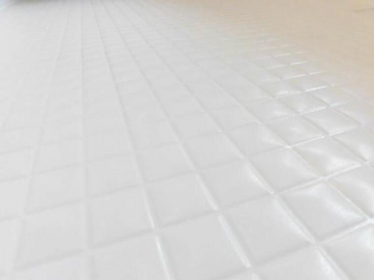 【浴室床】新品交換したユニットバスの床は規則正しいパターンの加工がされていて滑りにくくなっています。また、水はけがよく乾きやすいので、翌朝にはカラッと乾きます。