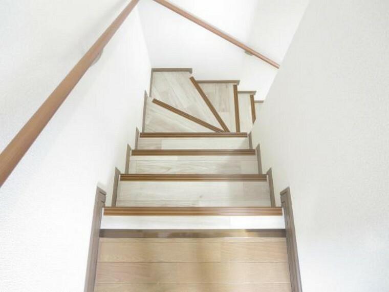 構造・工法・仕様 【階段】手すりを新設して天井・壁クロス貼替をしました。小さいお子さんからご年配の方まで安心して上り下り出来るようにリフォームをしました。