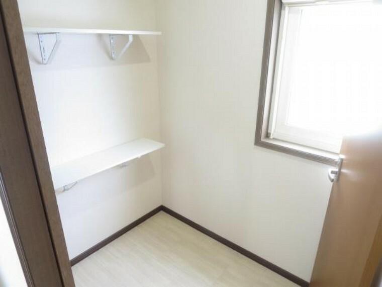 収納 【納戸】2階の手洗い場を撤去して納戸を新設しました。天井・壁クロス貼替を行い一新しました。シーズンごとに使わなくなったものなどはこちらに収納しておくと便利です。