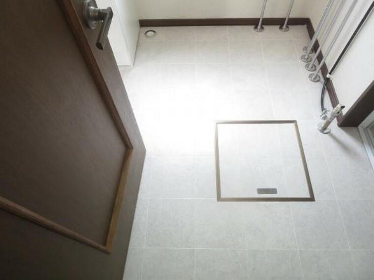 脱衣場 【脱衣場】クッションフロア貼替、照明交換、天井・壁クロス貼替を行いました。水に強いクッションフロアは汚れもサッと一拭きできてお手入れも簡単です。.