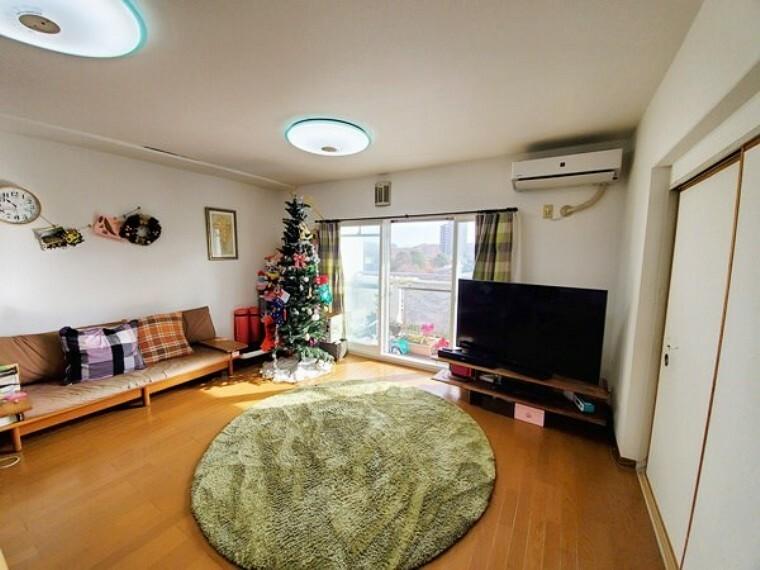 居間・リビング リビングは広く眺望も良好で居心地も良さそうです!