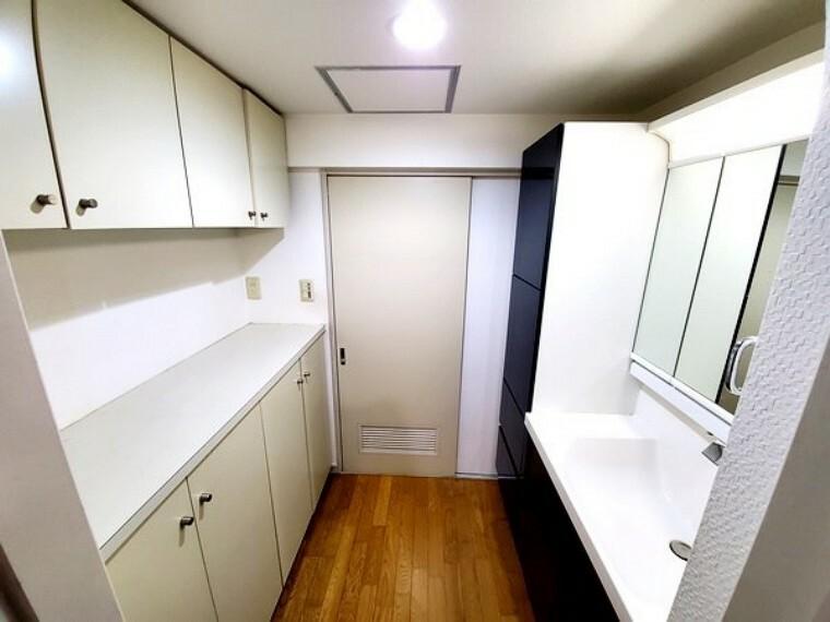 洗面化粧台 洗面室がとても広く収納も豊富です!内見時は是非チェックしてみて下さい