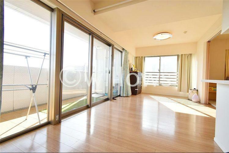 居間・リビング ご家族揃って過ごすリビングには、足元から暖まる床暖房を設置。光溢れるリビングの景色は、どこを切り取っても抜けるような伸びやかさがございます。ご家族の団欒を育む素敵な空間となっております。