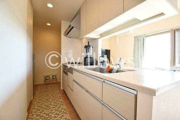 キッチン カウンターキッチンは広く且つ収納力があるため、快適に料理をすることができます。食器や炊事用具を手の届くところに配置しやすいため調理もスピーディーです。