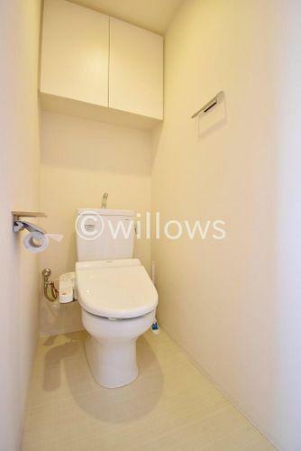 トイレ トイレは白を基調とし、清潔感のある空間に。より快適にご利用いただくために、ウォシュレットタイプを採用。お気に入りの絵画を飾ったり、小さなお部屋でも工夫次第で素敵な空間になります。
