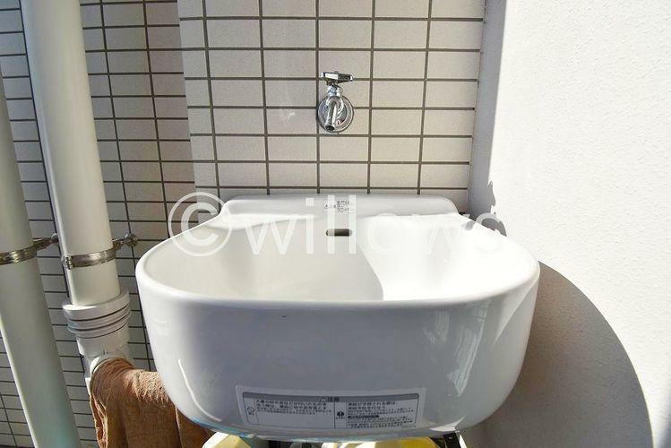 洗面化粧台 植木の水やりなどに重宝するスロップシンク付き。