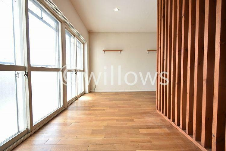 木製ルーパーにより空間をしっかり分けることができ南向きの為、日当たりを確保できております。大きめのベッドが入る広々とした空間です。