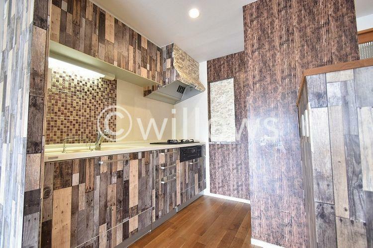 キッチン キッチンは売主様のDIYで木目調に。奥行きがあり非常に使いやすい仕様になっております。気分によって元々の白いタイプのキッチンに戻すことも可能です。