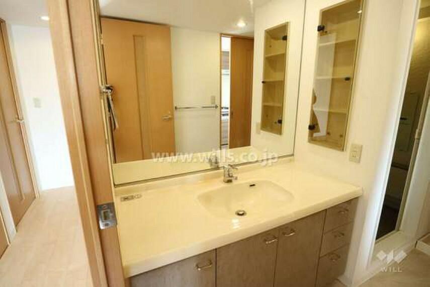 洗面化粧台 洗面室の様子。スペースが非常に広くとられているので朝、家族が一緒に身支度しても大丈夫です。大きな鏡で身だしなみもバッチリです。