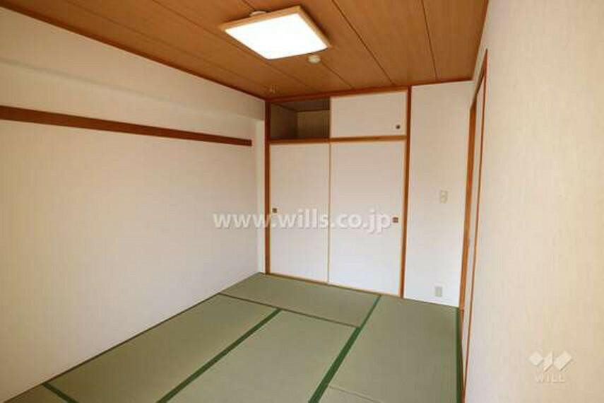和室の様子。ぬくもりが感じられる空間でゆっくりとおくつろぎいただけます。6帖の広さがあり、収納力が高い押入れ付きです。