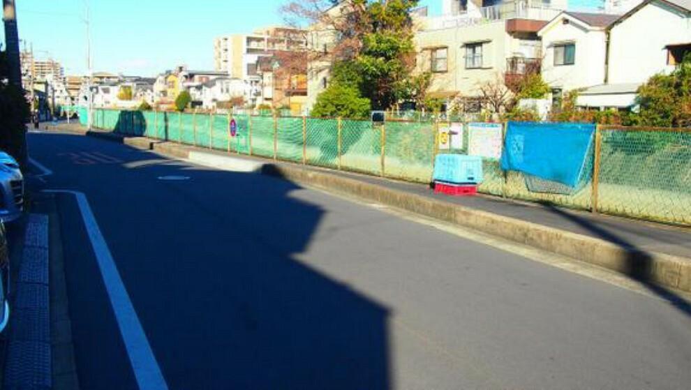 現況写真 前面道路は歩道があり、小さなお子様がいらっしゃるご家族にも心強い立地です。