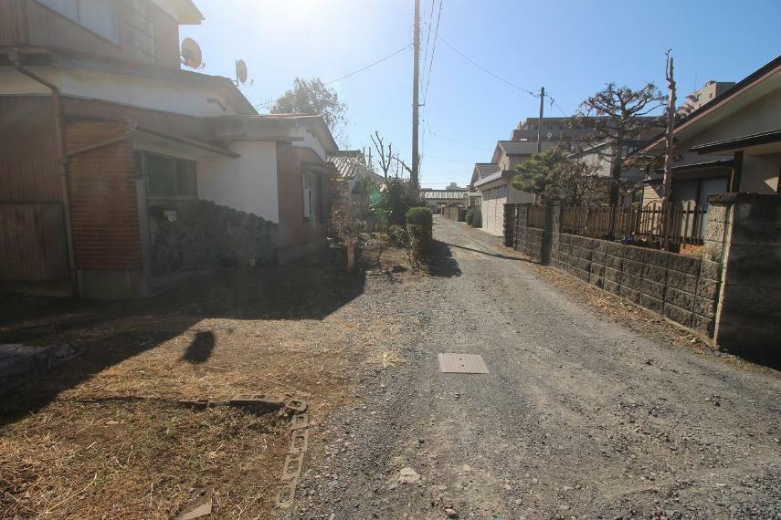 現況写真 敷地の西側にある道路を北から南に向かって撮影