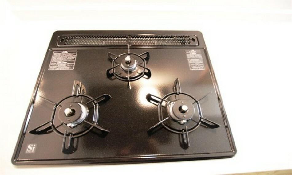 キッチン 三口タイプのガスコンロで、お料理の幅も広がります。グリルでは様々なお料理が楽しめます。