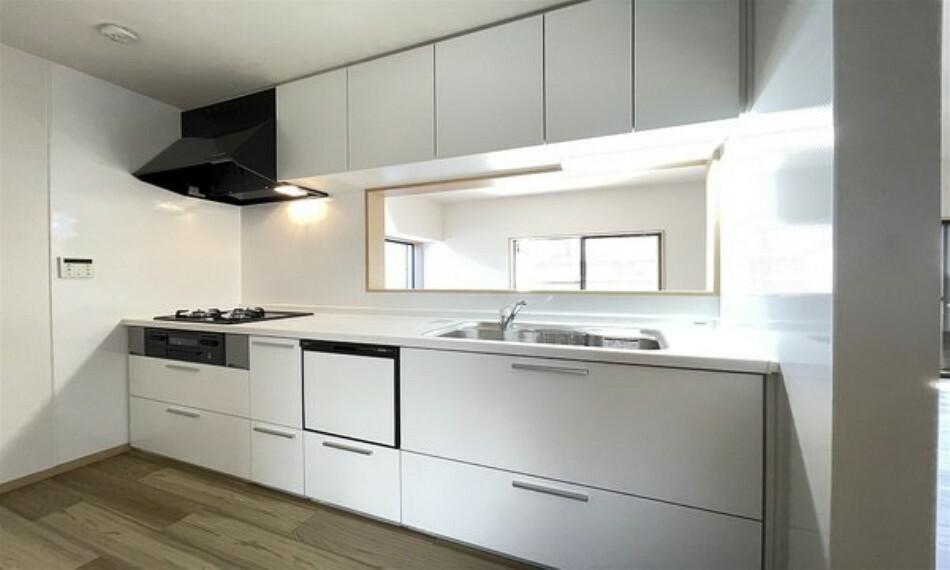 キッチン ステンレス製シンク。ワイドで奥行きがありますので、食器洗いが楽々。