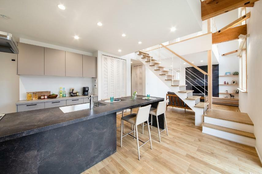 キッチン キッチンとダイニングが一体になった「グラフテクト」のキッチン。天板も石目調のカラーで統一されているため高級感があります。広いワークトップは多目的に使えるので、ホームパーティにもおすすめ。