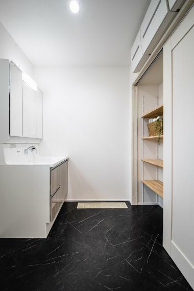 キッチン 洗面には生活に便利な可動棚収納を設置。タオルや着替え、下着など家族分しっかり収納できますね。
