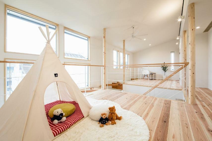 子供部屋 2階の床は岡崎産の「杉」を使用。無垢なので肌触りもよく、適度な柔らかさもあり、とても歩きやすいです。