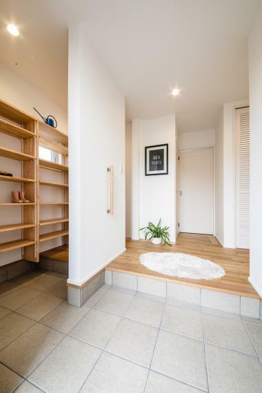 玄関 シューズクローク付きで収納力アップ。家族用の玄関を分けることも可能です。