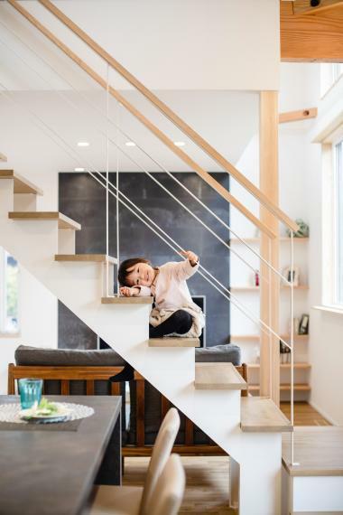子供部屋 リビングとキッチンの真ん中にある階段はこの家のメイン。圧迫感のないホワイトでインテリアにマッチしています。お子さんが小さい間はネットを張ることも可能です。
