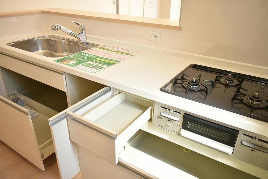 キッチン 3口コンロ、魚焼きグリル付きのシステムキッチンです フライパンや鍋の収納にも便利なキッチン収納付きです