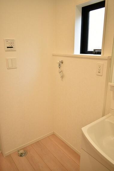 洗濯機置き場には窓が付いてるので換気や湿気対策にも便利