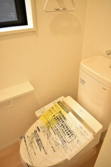 トイレ 1階 トイレ 窓、換気扇、タオル掛け、温水暖房便座付きのトイレです