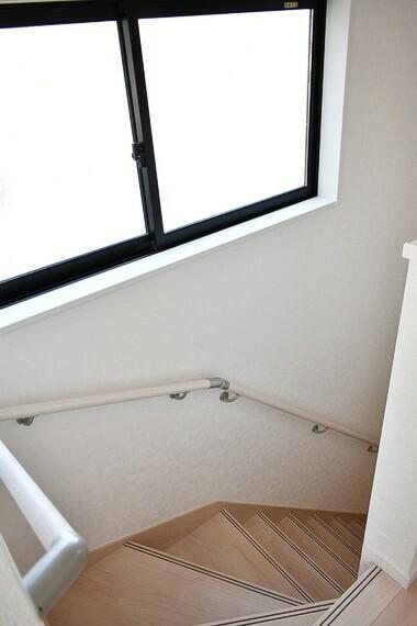 階段 換気や自然光で足下も照らしてくれる便利な窓、手すり付きなので降りる際に安心です