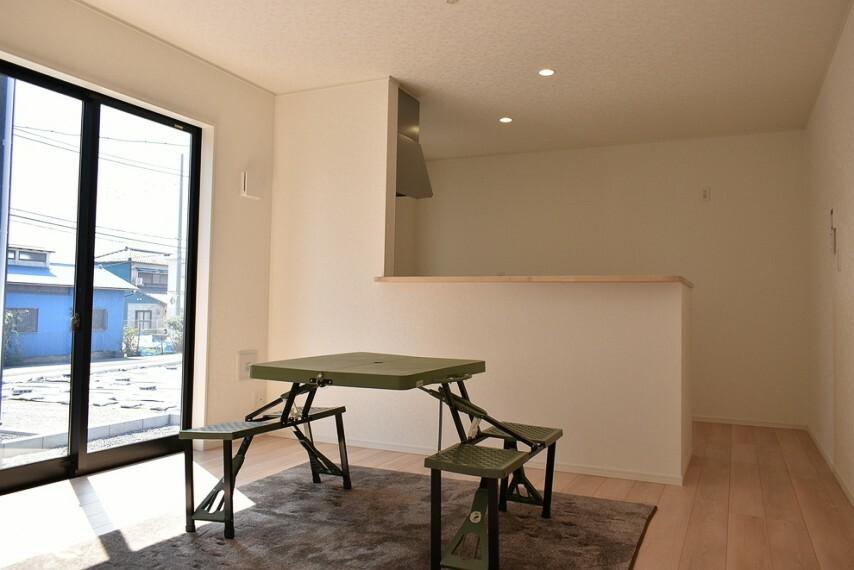 居間・リビング LDK14帖 カウンター前にはダイニングテーブルを奥にはソファーを置いてゆっくりと寛いでください