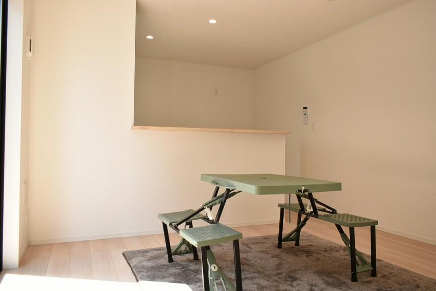 居間・リビング LDK14帖 配膳もしやすいカウンターキッチンなのでお子様と一緒に配膳を手伝ったり、お子様の様子も確認できます