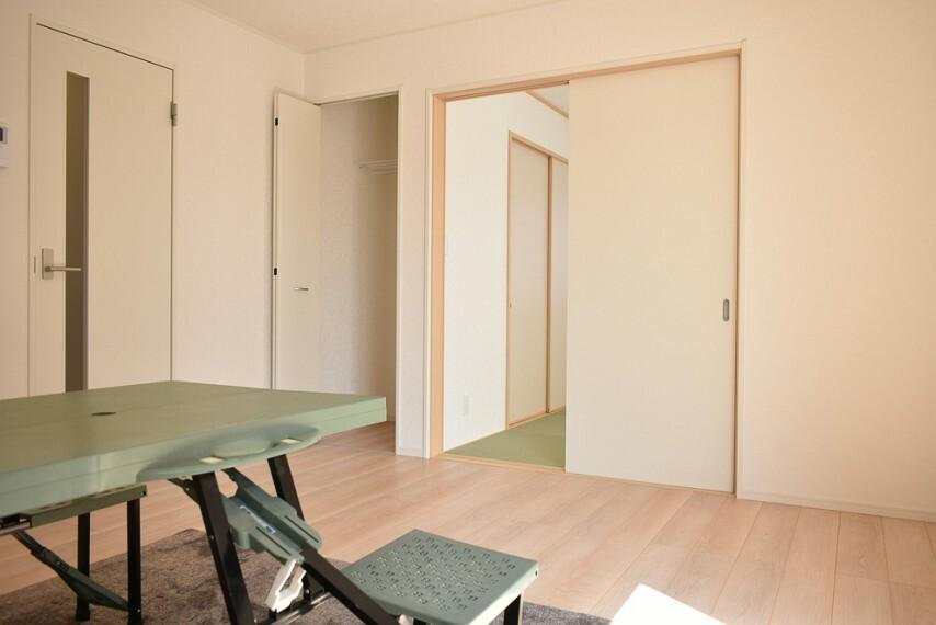 居間・リビング LDK14帖 食事を取る目的以外にもお子様の勉強や趣味の作業を行う場としても色んなことに活用できます
