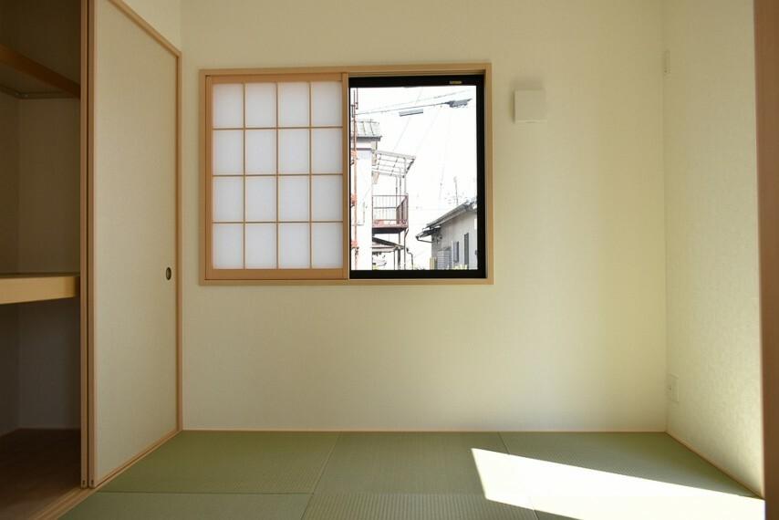 和室 和室4.5帖 急な来客時にも便利な和室です お子様を遊ばせるのにも最適です 押し入れには小さめのテーブルや座布団の収納にも適してます
