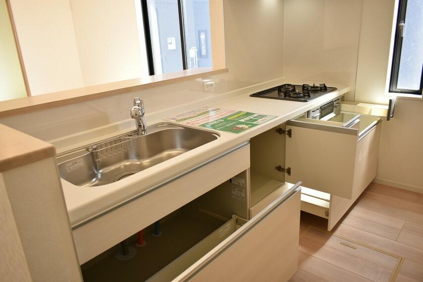 キッチン 人工大理石付きトップボード付き、浄水器付きのシステムキッチンです 採光や換気の取入れに便利な窓付きです