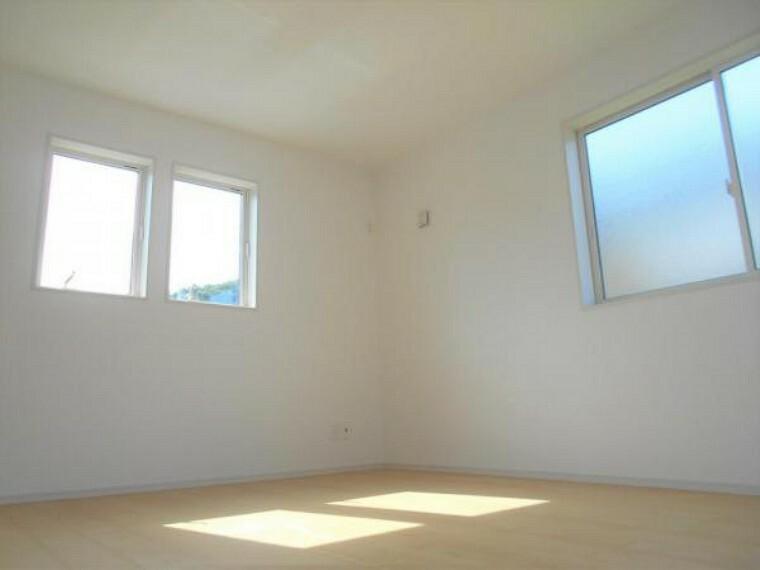 同仕様写真(内観) 【同仕様写真・洋室】大きな窓から日差しが差し込み、風が通り抜ける洋室。