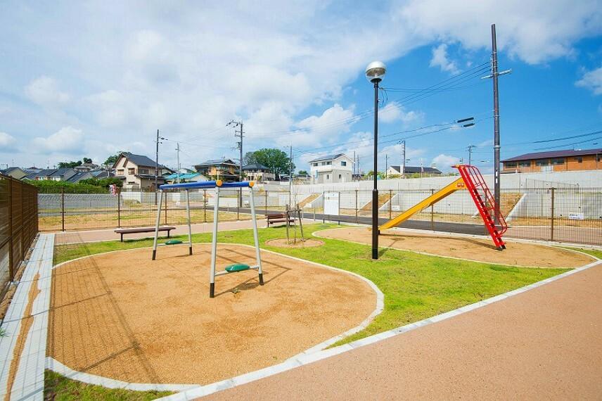 現況写真 【街区内公園】子供たちがのびのびと毎日体を動かして遊べるよう、タウン内には遊具付きの公園を設けております。また、地域の方々とのコミュニティスペースとしてもお使いいただける憩いの場です。