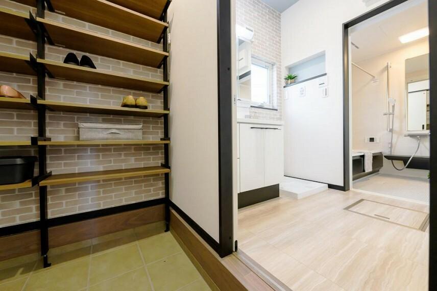 収納 【18号地 シューズインクローゼット】ウォークスルーなので、靴を脱いで、棚にしまって、ハンガーにコートを掛けてから洗面室へ・・・と、動線がスムーズです。