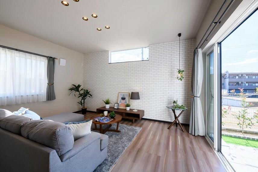 居間・リビング 【18号地 リビング】窓から差し込む温かな陽光が、くつろぎのひと時を明るく演出します。