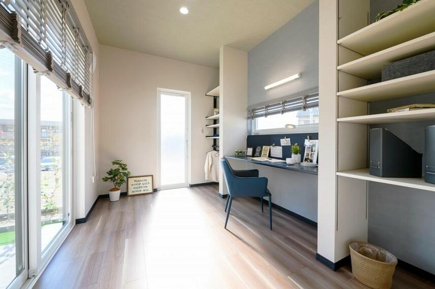 【18号地 リモートルーム】家族と生活空間を共有しながら過ごせるリモートルームをご用意しました。効率よくオンとオフを切り替えられ、在宅ワークに最適です。