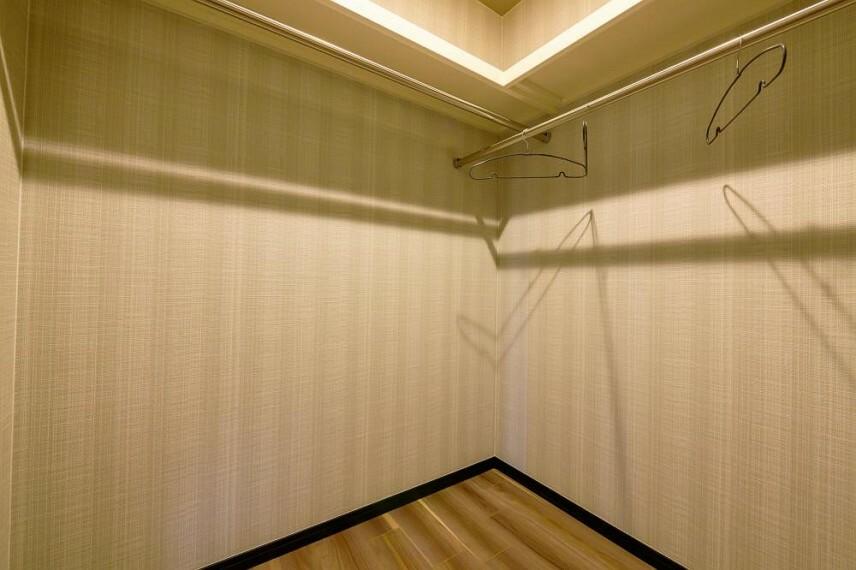 ウォークインクローゼット 【18号地 主寝室のウォークインクローゼット】ウォークインクロゼットがあれば、衣類を季節ごとに分けて整理、収納ができます。衣替えの作業がスムーズです。