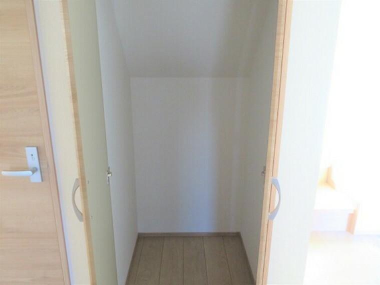 収納 階段下を活用した収納。お掃除用品もスマートに片付きますね。