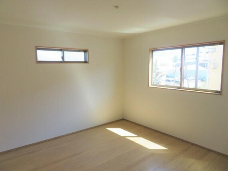 ダブルベッドも余裕で入る約8帖のゆったり主寝室。