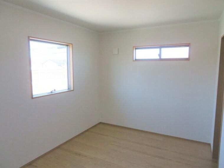 2つの窓からさわやかな風通りを感じられる洋室。