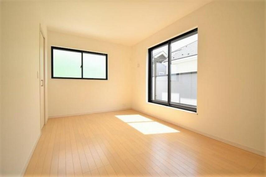 7.5帖の洋室!窓が大きく、日中の温かい光がお部屋全体に降り注ぎます