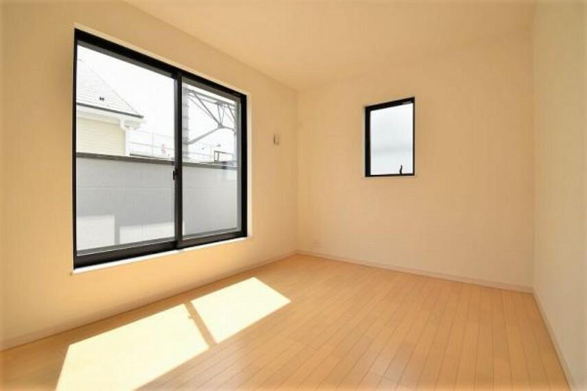 6.03帖の洋室!窓が大きく、開放感があります