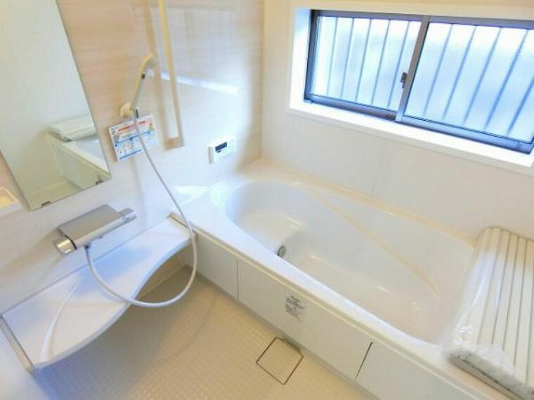 同仕様写真(内観) \同仕様写真/満水容量がわずか260L!全身浴や半身浴ができる機能的でしっかり省エネできるエコ浴槽!シャワーも、勢いはそのままに、超節水を実現!