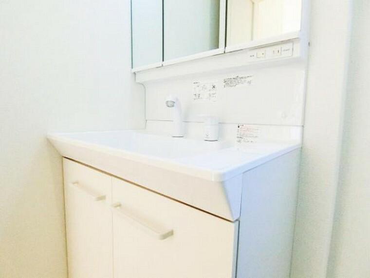 同仕様写真(内観) \同仕様写真/洗面台の収納トレイは取り外して洗えるので、いつでも清潔に保てます。また、洗面器は水栓周りに傾斜をつけて水滴が溜まるのを防いでくれる作りを採用。