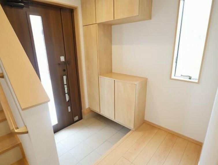 同仕様写真(内観) \同仕様写真/玄関では2つ鍵・ディンプルキーで防犯性に優れた玄関ドアを採用!また、たっぷり収納できる下駄箱を標準設備としておりますので、玄関がスッキリ片付きます!